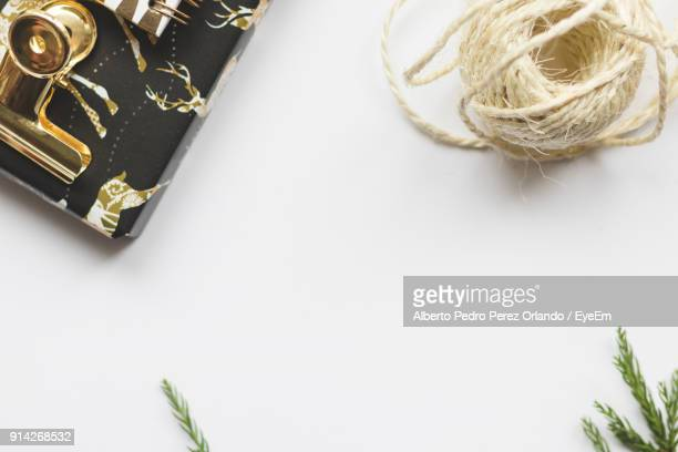 high angle view of gift box with string on white background - special:whatlinkshere/file:lucerne_circle,_orlando,_fl.jpg stock pictures, royalty-free photos & images