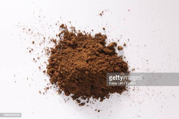 high angle view of ground coffee over white background - ground coffee - fotografias e filmes do acervo