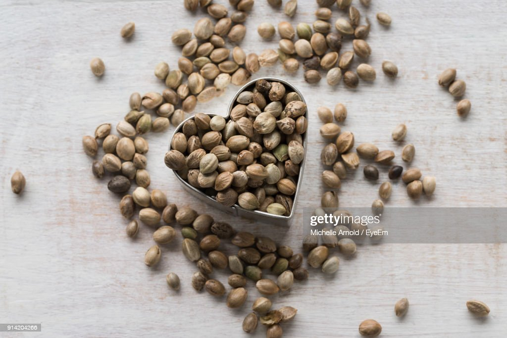 High Angle View Of Hemp Seeds On Table : Foto de stock