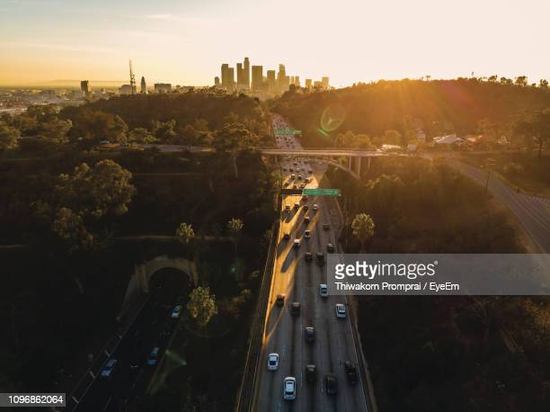 high angle view of highway in city - los angeles photos et images de collection