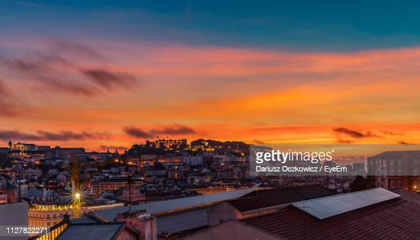 high angle view of illuminated cityscape against sky during sunset - provincie lissabon stockfoto's en -beelden