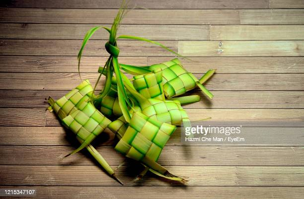 high angle view of ketupat casing on table background - frische stockfoto's en -beelden