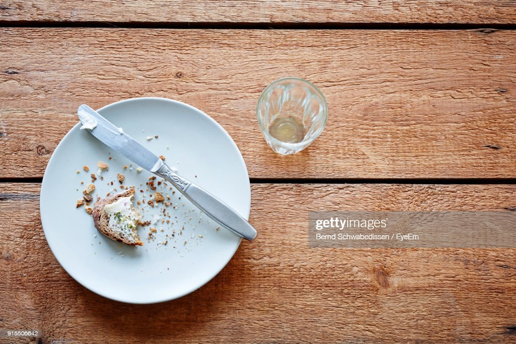 High Angle View Of Leftovers Bread In Plate On Table : Stock-Foto