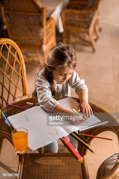 高の角度ビュー小さな女の子カラーリング、紙ます。