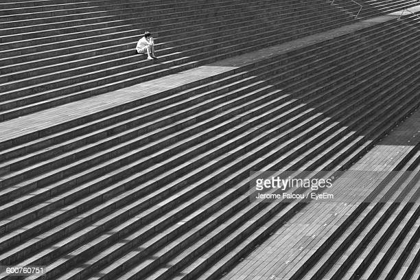 high angle view of man sitting on steps - degraus e escadas - fotografias e filmes do acervo