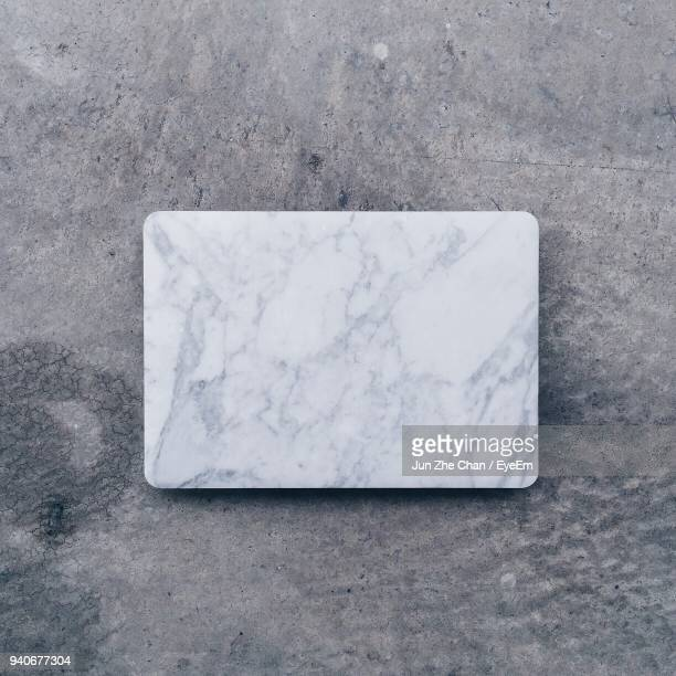 high angle view of marble on footpath - marbre blanc photos et images de collection