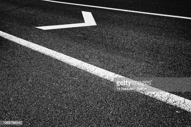 high angle view of marking on road - marca de rua - fotografias e filmes do acervo