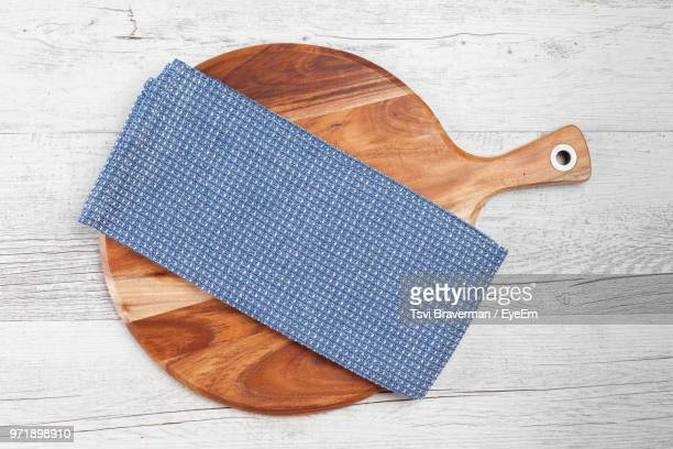 high angle view of napkin on cutting board over table - servet stockfoto's en -beelden