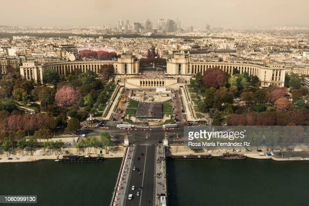high angle view of palais de chaillot and sena river against cityscape, parís, france - esplanade du trocadero stock pictures, royalty-free photos & images