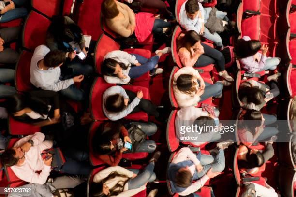 vue d'angle élevé de personnes dans un théâtre en attente pour l'exécution de commencer - theatrical performance photos et images de collection