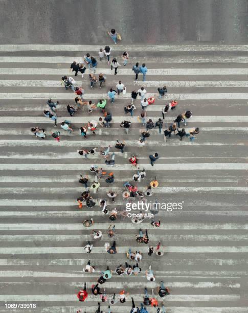 formando ángulo visión de las personas y la flecha en la calle alta - abundancia fotografías e imágenes de stock