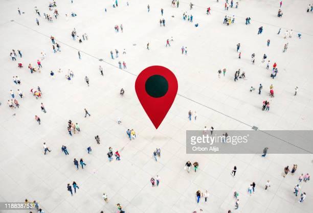 vista do ângulo elevado dos povos na rua em torno do pino vermelho do gps. - direction - fotografias e filmes do acervo