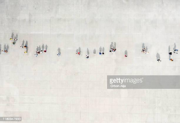 hög vinkel syn på människor som går på gatan - ovanifrånperspektiv bildbanksfoton och bilder