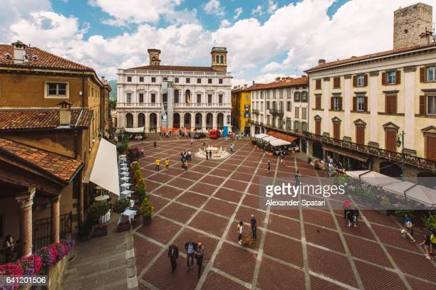 high angle view of piazza vecchia in bergamo, lombardy, italy - bergame photos et images de collection