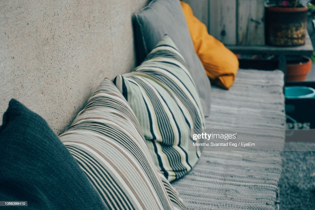 High Angle View Of Pillows On Seat By Wall : Stockfoto