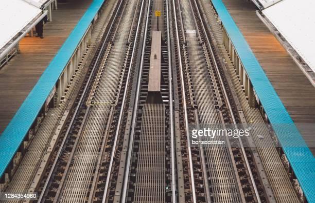 high angle view of railroad station platform - bortes imagens e fotografias de stock