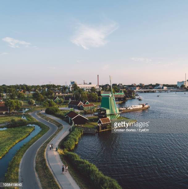 high angle view of river by buildings and road in city - bortes stockfoto's en -beelden