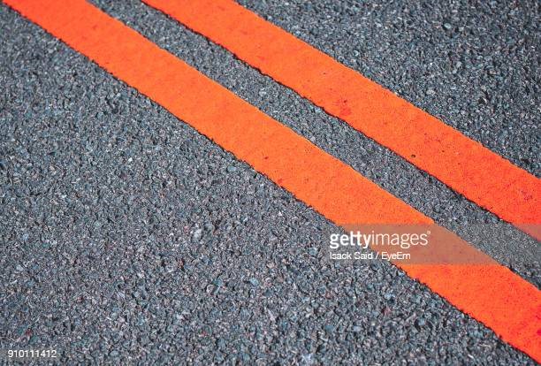 high angle view of road marking - marca de rua - fotografias e filmes do acervo