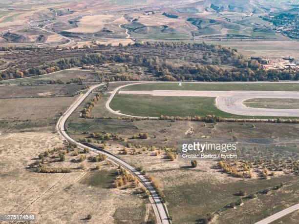 high angle view of road passing through landscape - bortes stockfoto's en -beelden