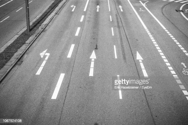 high angle view of road - dividing line road marking stock pictures, royalty-free photos & images