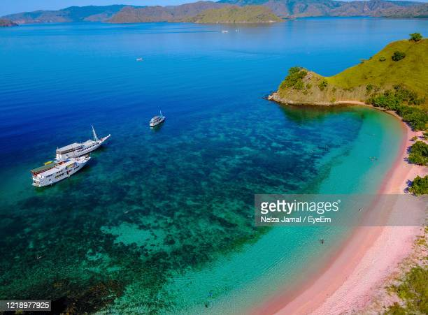 high angle view of sailboats on sea shore on flores island, indonesia - lombok fotografías e imágenes de stock