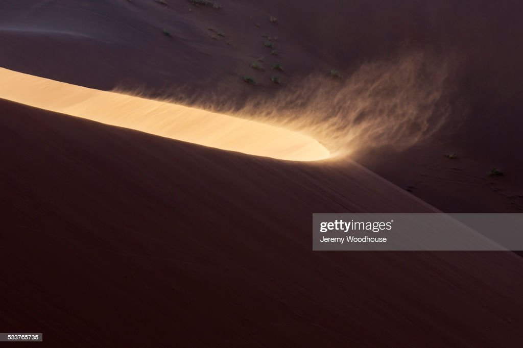High angle view of sand blowing from sand dune in desert : Foto stock