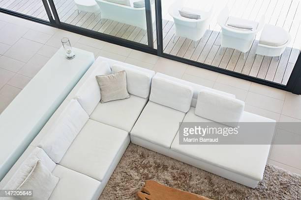 Erhöhte Ansicht von einer sofa im modernen Wohnzimmer