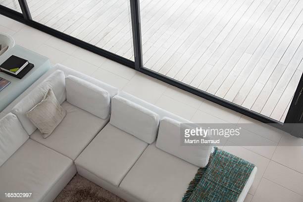 の高角度のビューのユニット式のソファモダンなリビングルーム