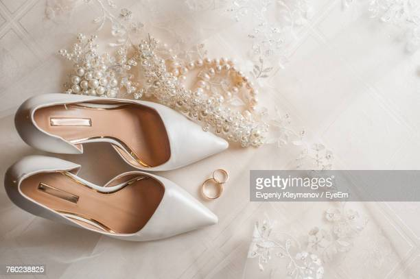 high angle view of shoes and jewelry - robe de mariée photos et images de collection