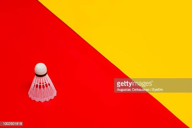 high angle view of shuttlecock on colored background - objet rouge photos et images de collection