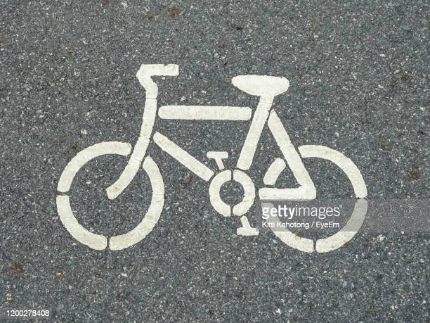 high angle view of sign of bicycle lane on road - marca de rua - fotografias e filmes do acervo