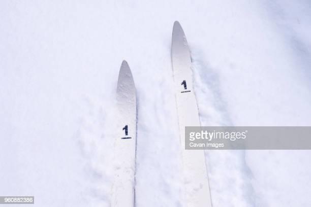 high angle view of skis with number 1 on snow covered field - primeiro tempo esporte - fotografias e filmes do acervo