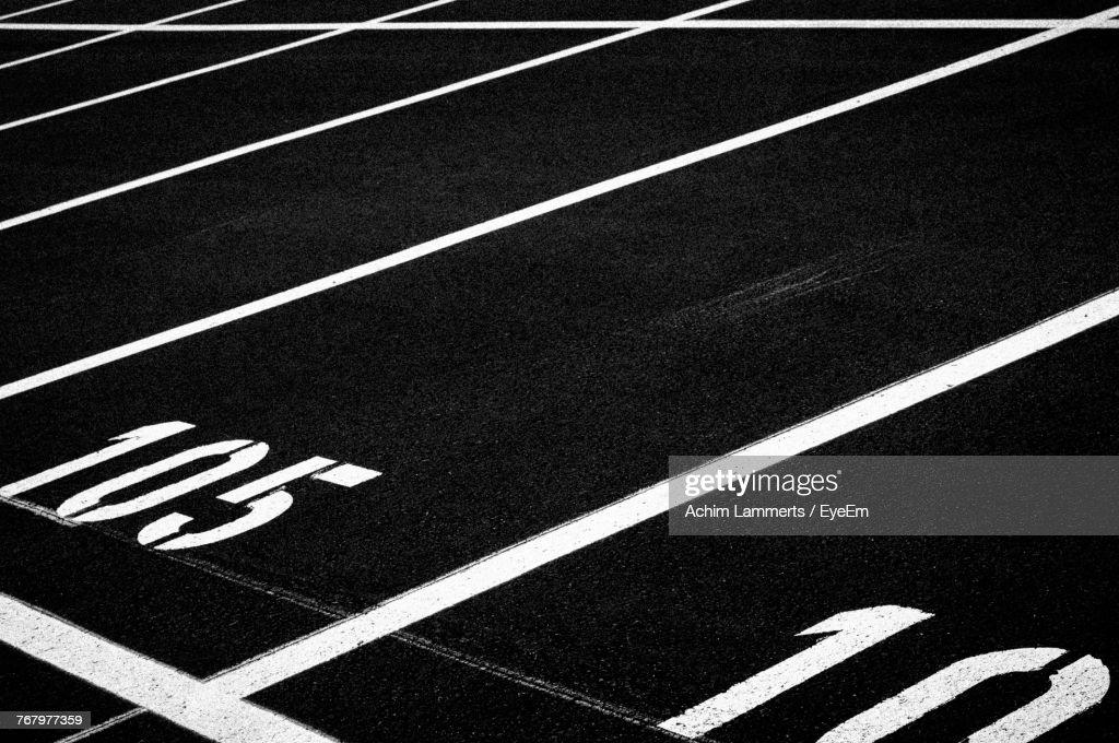 High Angle View Of Starting Line On Sports Track : Stock-Foto