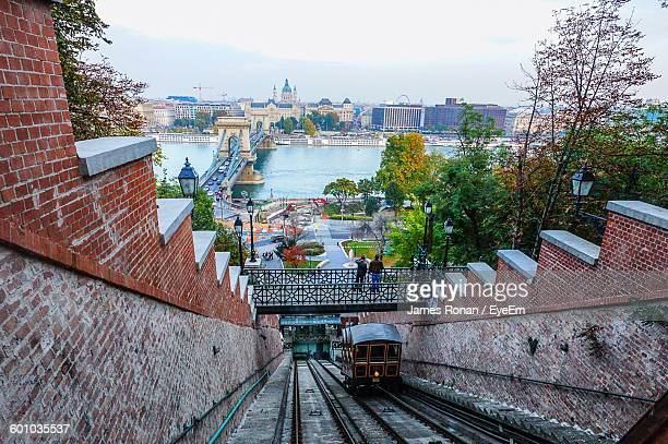 high angle view of street car on steep railroad track against chain bridge over danube river - ponte das correntes ponte suspensa - fotografias e filmes do acervo