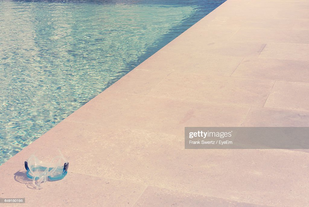 High Angle View Of Swimming Goggles At Poolside : Stock-Foto