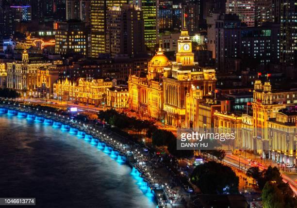 high angle view of the bund in shanghai at night - rio huangpu - fotografias e filmes do acervo