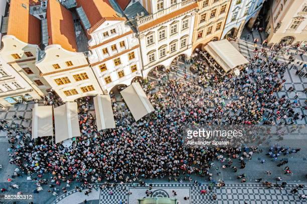 high angle view of tourists at staromestske namesti (old town square) - europa oriental - fotografias e filmes do acervo