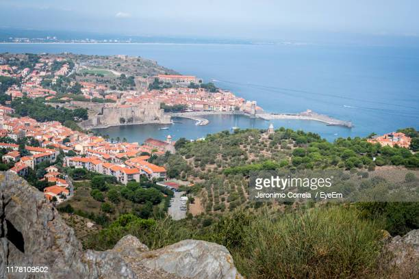 high angle view of townscape by sea against sky - catalogne photos et images de collection