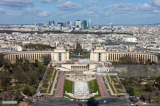 high angle view of trocadero gardens and cityscape against cloudy sky, paris, france - シャイヨー宮 ストックフォトと画像