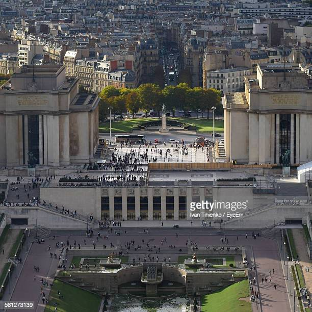 high angle view of trocadero gardens in front of city - esplanade du trocadero stock pictures, royalty-free photos & images