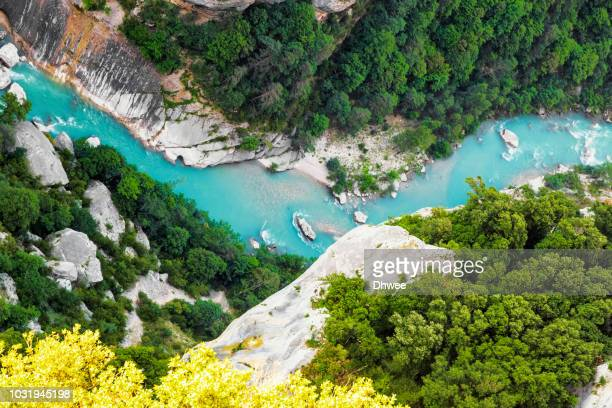 high angle view of turquoise river and canyon - gorges du verdon photos et images de collection