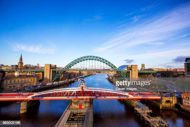 high angle view of tyne bridge over river against sky - newcastle upon tyne stockfoto's en -beelden