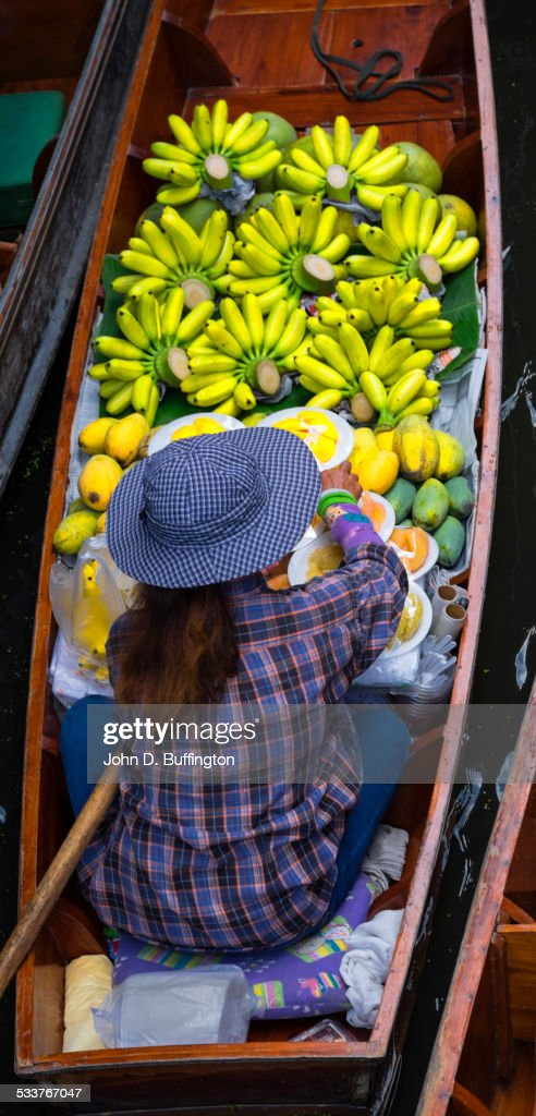 High angle view of vendor with produce in boat in floating market, Bangkok, Thailand : Foto stock