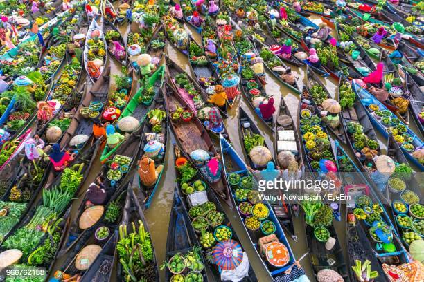 high angle view of vendors in boat on floating market - indonesien stock-fotos und bilder