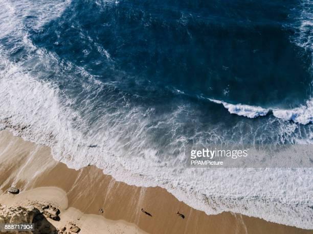 vista de ángulo alto de agua y rocas - erosionado fotografías e imágenes de stock