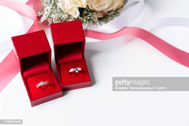 high angle view of wedding rings in boxed on white background - ダイヤモンドの指輪 ストックフォトと画像