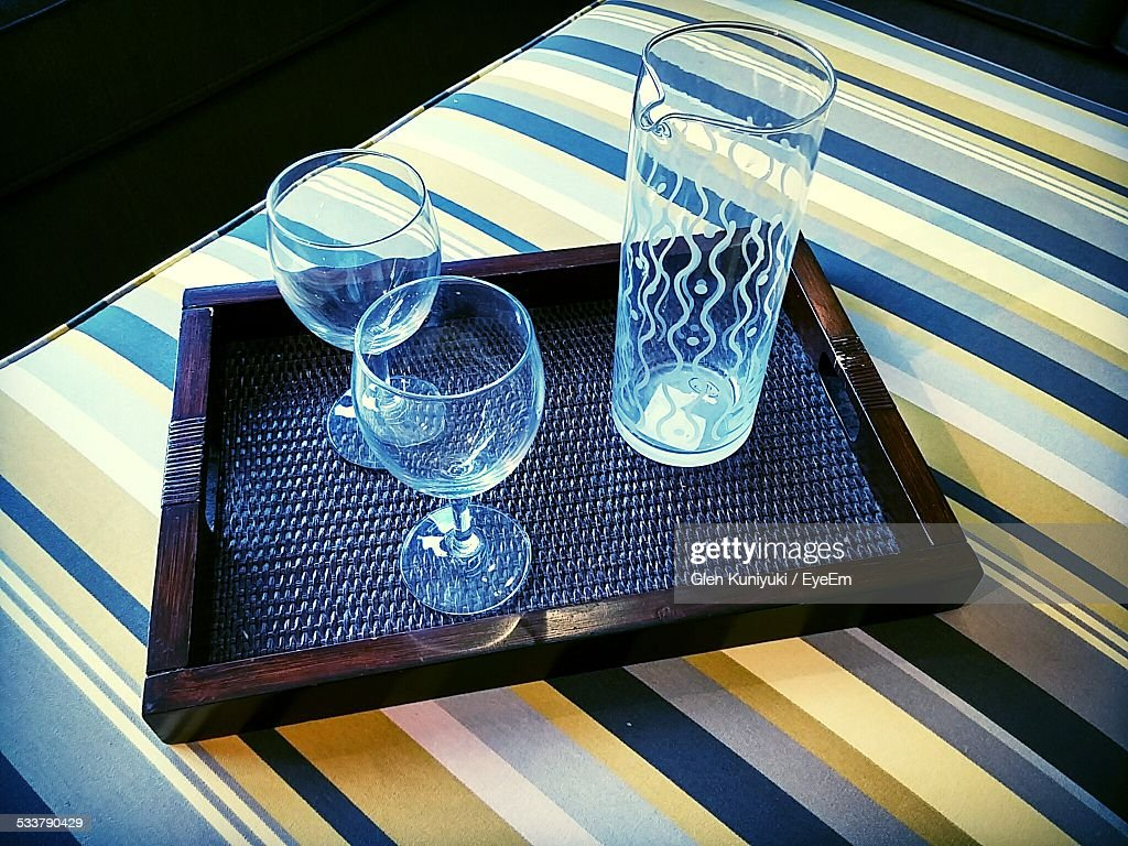 High Angle View Of Wineglass With Jug On Wooden Tray : Foto stock
