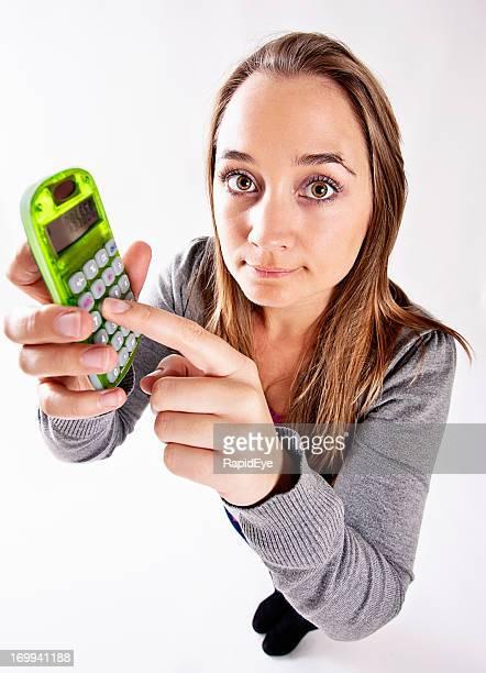 Plan de plongée d'une femme tenant citron vert calculateur