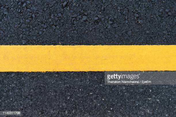 high angle view of yellow road marking - marca de rua - fotografias e filmes do acervo
