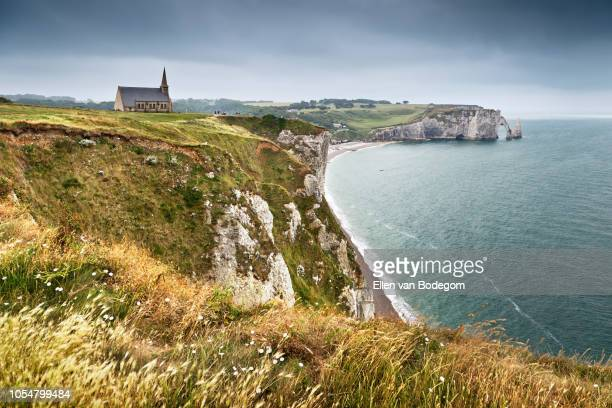 high angle view on beach and chalk cliffs of étretat - normandy stock pictures, royalty-free photos & images